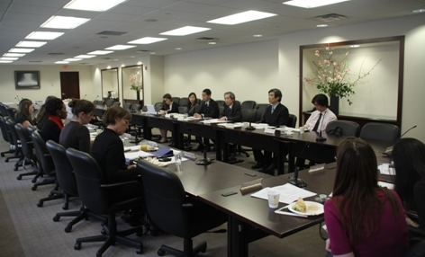 A wide view of the meeting room. 11 Students and a teacher from Hofstra University listening to Ambassador Kodama.