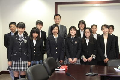 Group photo of Ambassador Yamazaki and students from Kumon Kokusai Junior High School