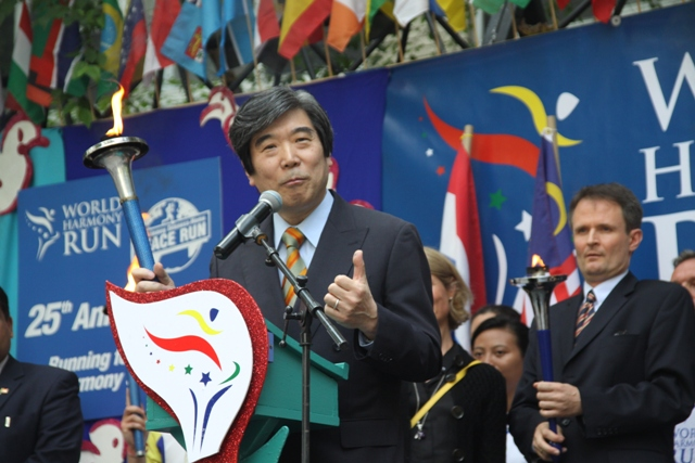Ambassador Kodama delivered his message at the closing ceremony of the World Harmony Run.