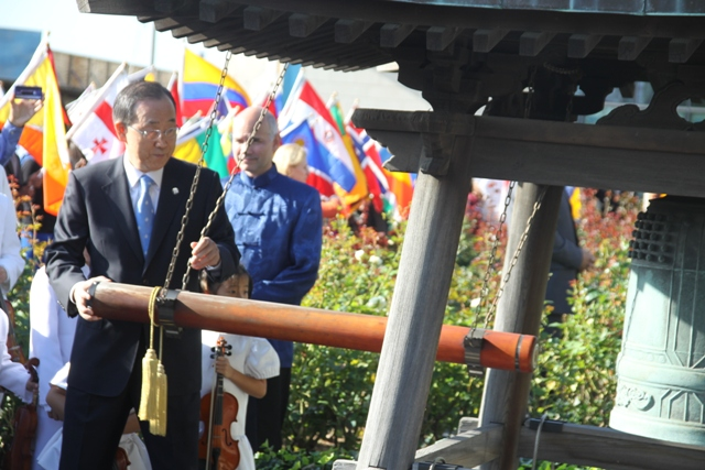 H.E. Mr. Ban Ki-moon, Secretary-General of the United Nations, rings the Peace Bell