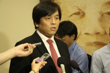 Mr. Joe Nakano, Parliamentary Vice-Minister answers the questions from Japanese Press